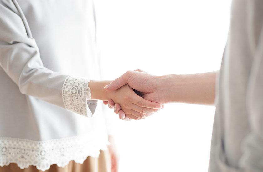 握手する男女