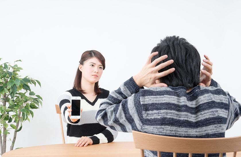 パートナーに浮気の証拠を突きつける女性