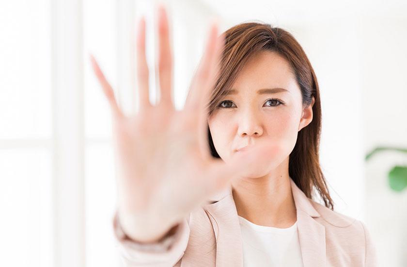 片手で制止する女性