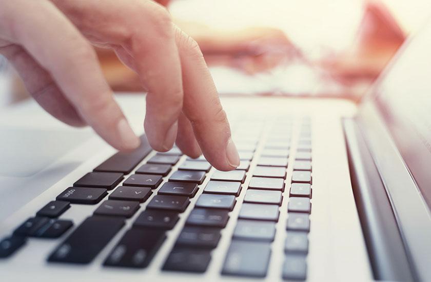 パートナーのノートパソコンをチェックする女性