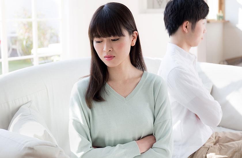 夫の不倫を知りショックを受ける女性