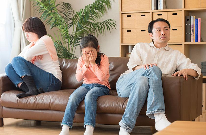 両親の離婚を知り悲しむ子供
