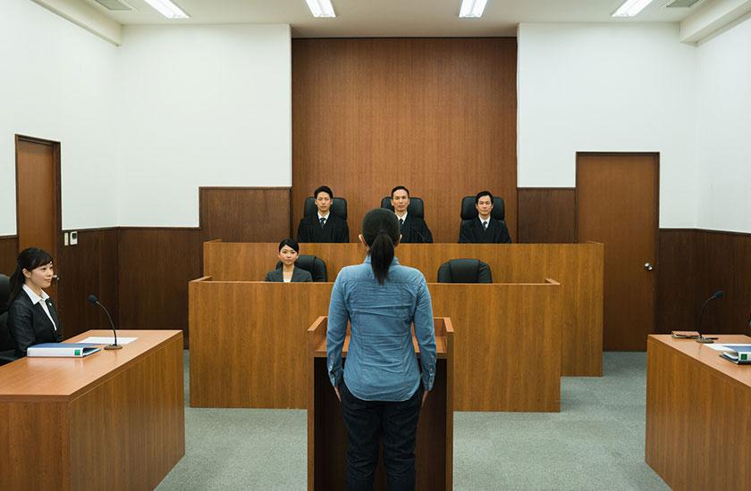 裁判所で裁かれる女性