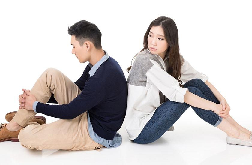 背をむけて座る男女