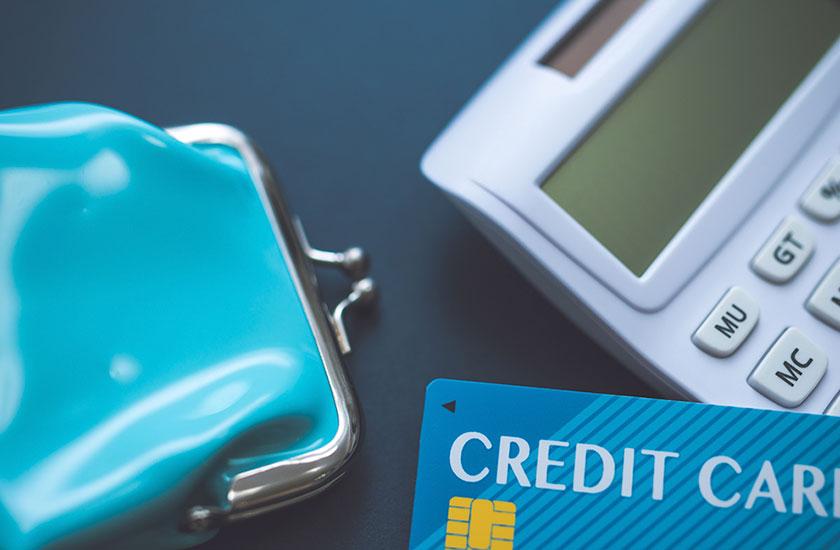 電卓とクレジットカードと財布