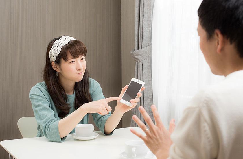 夫の不倫を疑う女性