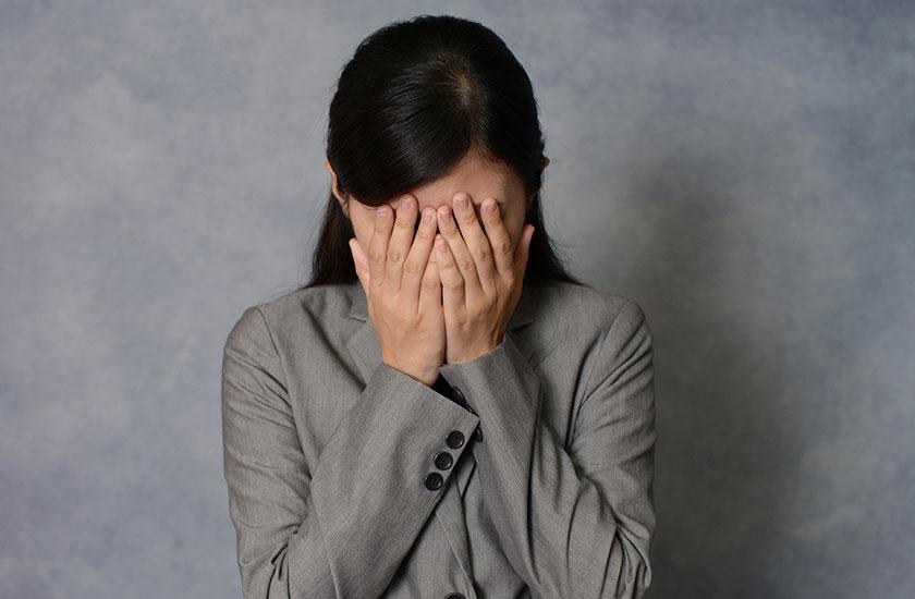 不倫を後悔する女性