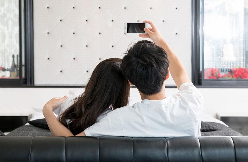 SNSに投稿する写真を撮る男女