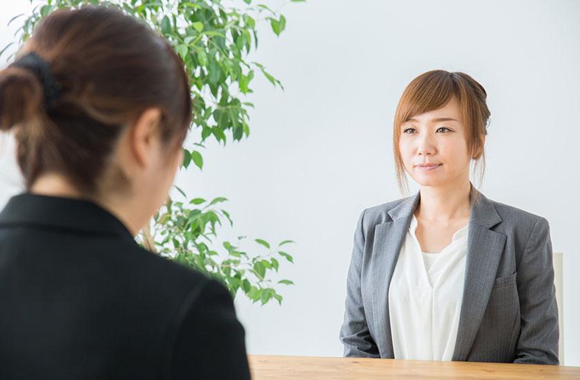 パートナーの浮気相手と話し合う女性