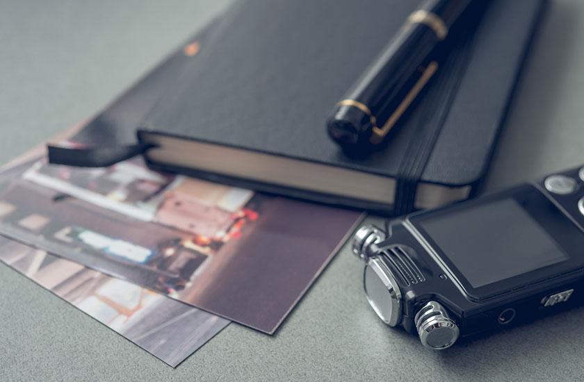 ボイスレコーダーと写真と手帳