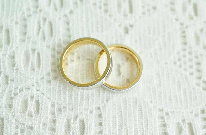 一組の結婚指輪