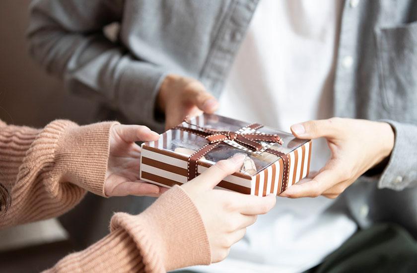 浮気相手からチョコレートをもらう男性