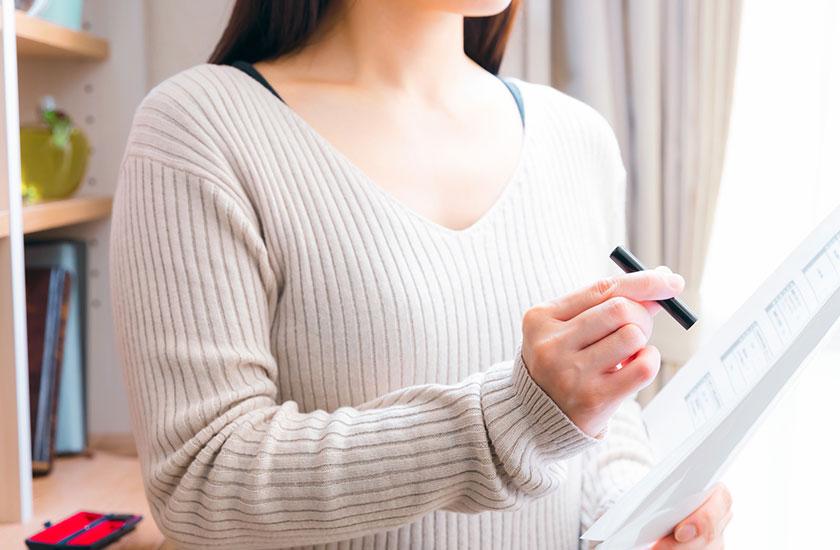 不倫の誓約書に捺印する女性