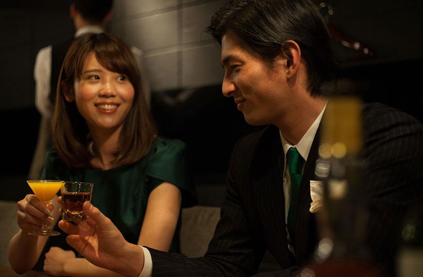 魅力的な男性とお酒を楽しむ女性