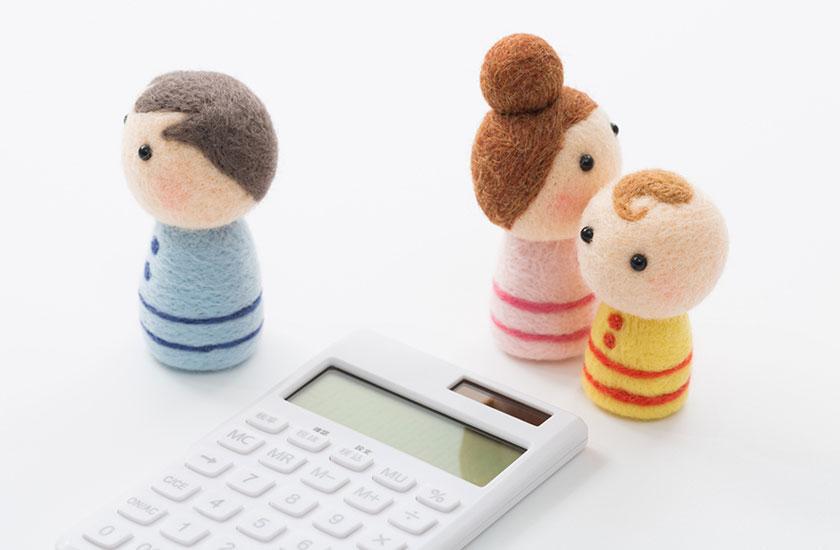 家族の人形と電卓