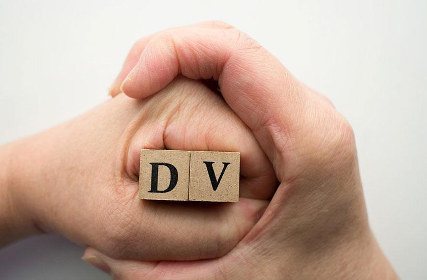 握られた拳とDVの文字