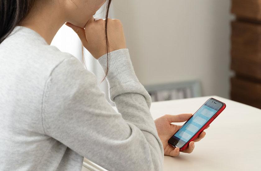 オンラインゲームでコミュニケーションを取る女性