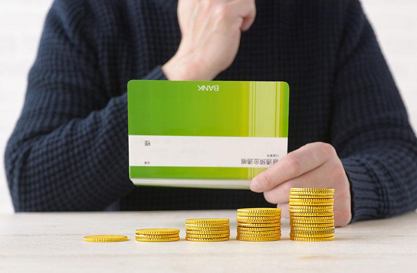 貯金通帳と男性