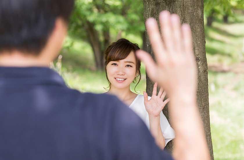 笑顔で別れを告げる女性