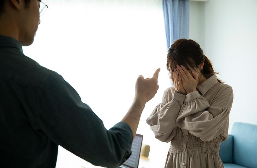 妻を怒鳴りつける夫