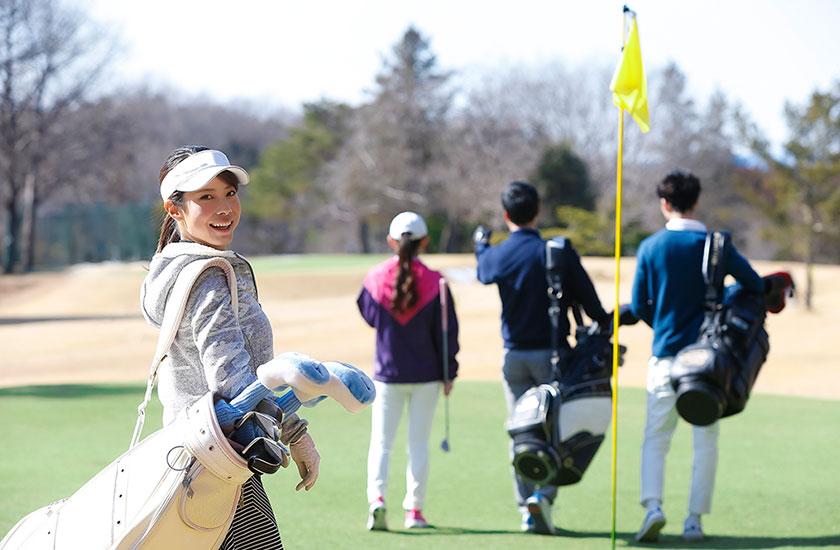 ゴルフを楽しむ男女