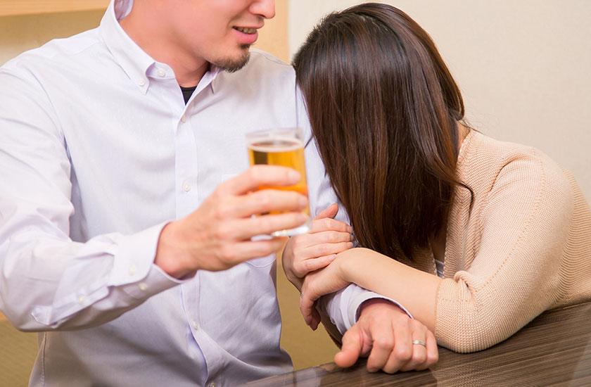 パートナー以外の男性に抱きつく女性