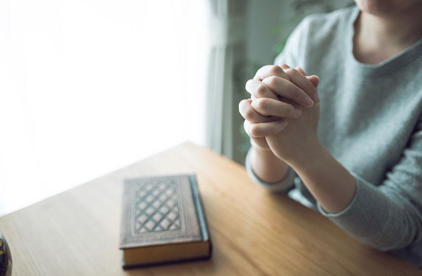 神様に祈りを捧げる女性