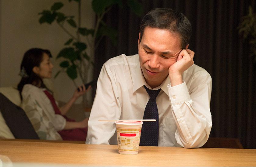 家庭内別居で1人寂しく晩ご飯を食べる既婚男性