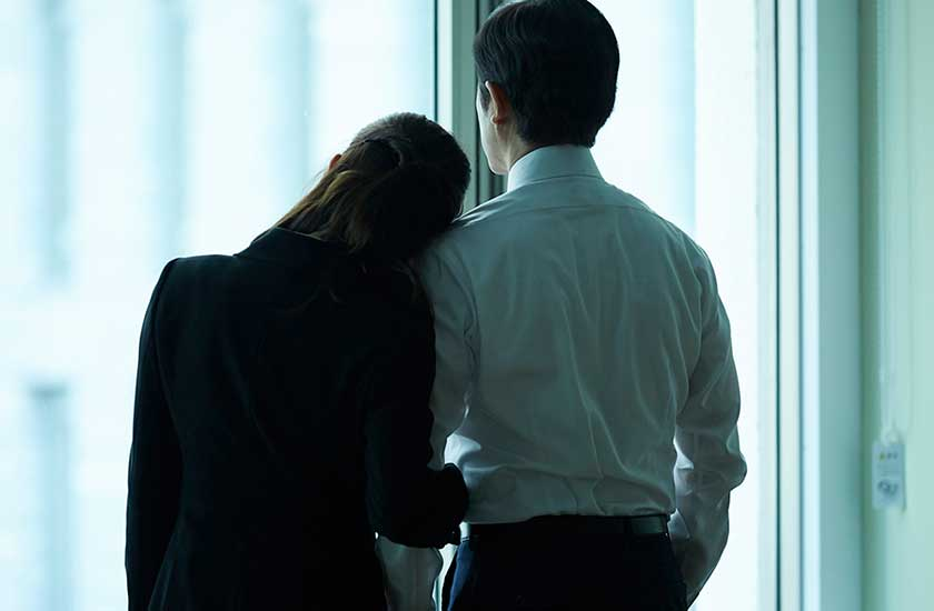 社内で密会する男女