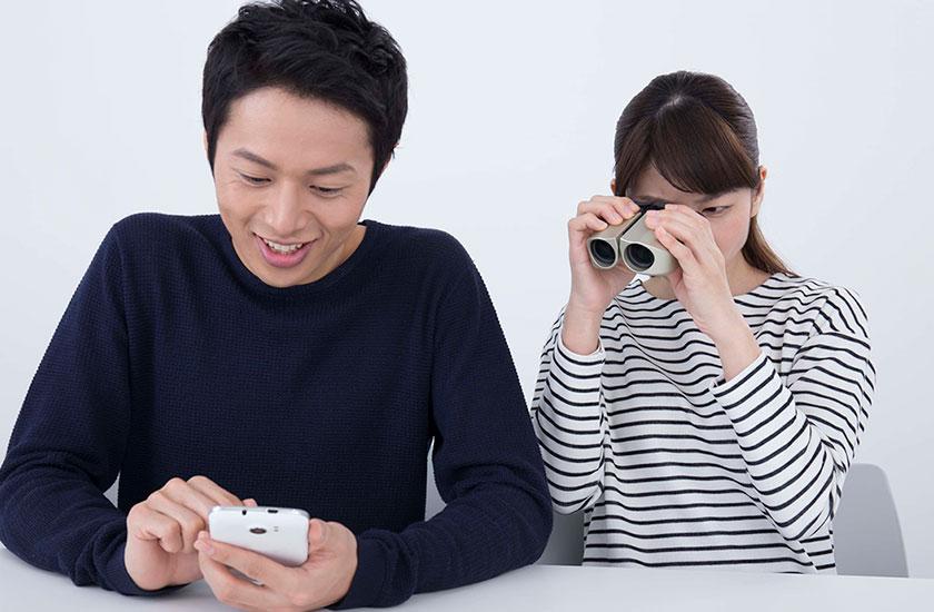 パートナーの行動を監視する女性