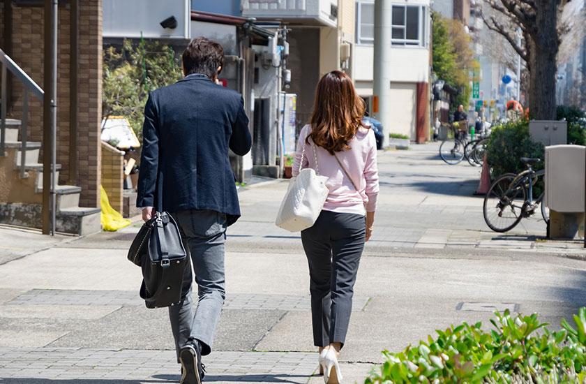 浮気相手と街中を歩く男性