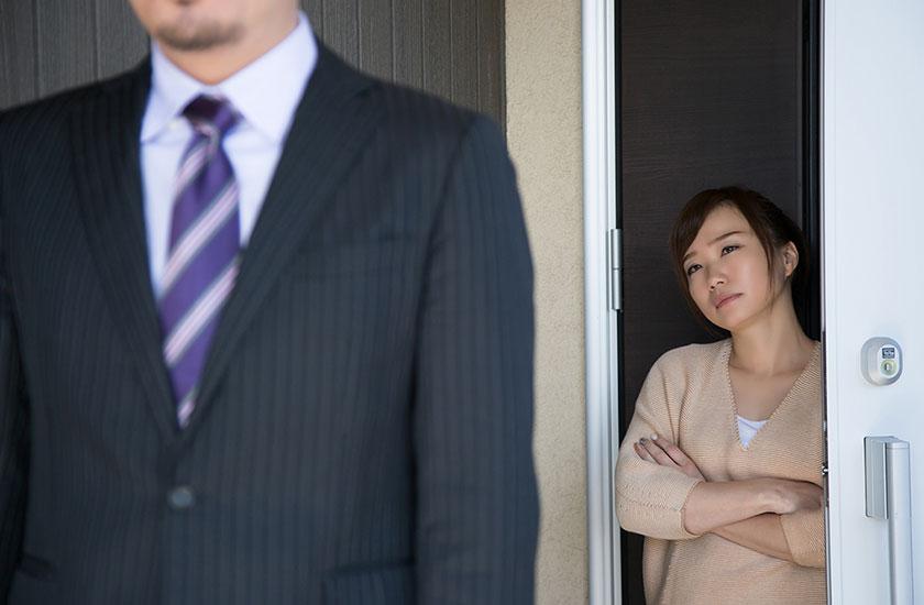 夫の浮気を疑う妻