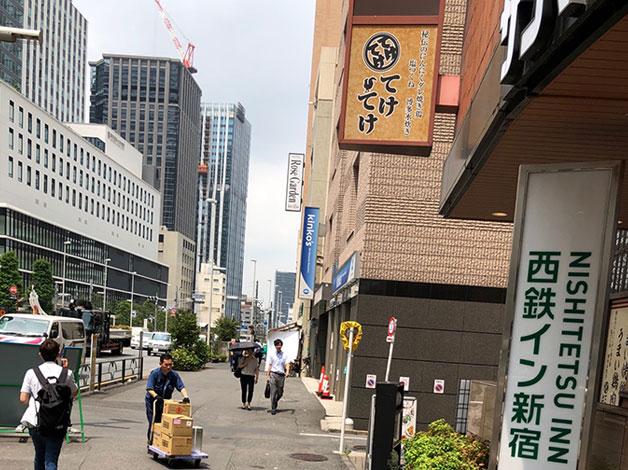 横断歩道を渡り左に進むと右手にサンマルクカフェがありますので、その角を右折します。