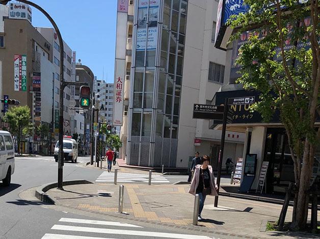 更に直ぐ左手の横断歩道を大和証券側まで渡り、右折します。