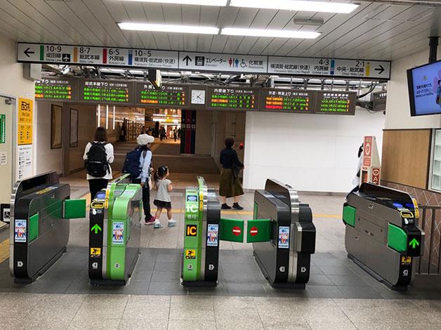 JR千葉駅の西改札口を出ます。