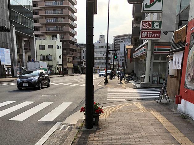 直進すると右手にセブンイレブンがありますので、手前の横断歩道を左に渡ります。
