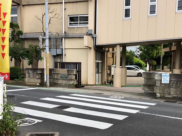 改札を出たら直ぐ目の前にある横断歩道を渡ります。