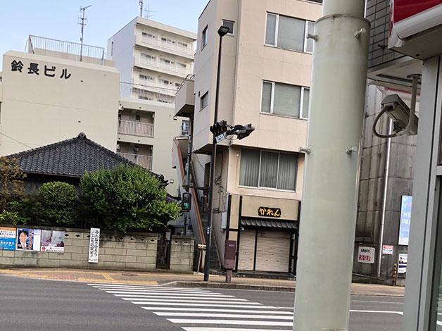 坂を下ると大通りに突き当たりますので、横断歩道を鈴長ビル側に渡ります。