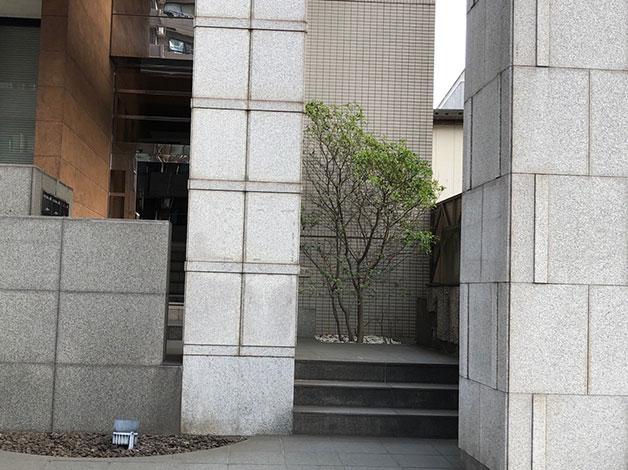 横断歩道を渡り少し直進すると左手にキャピタル登戸の入り口がありますので、エレベータで6階に着きましたらご連絡をお願い致します。