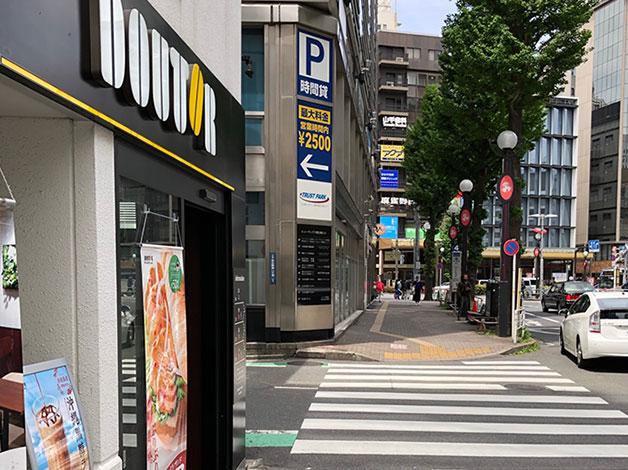 横断歩道を渡ると左手にドトールがありますので、角を左折します。