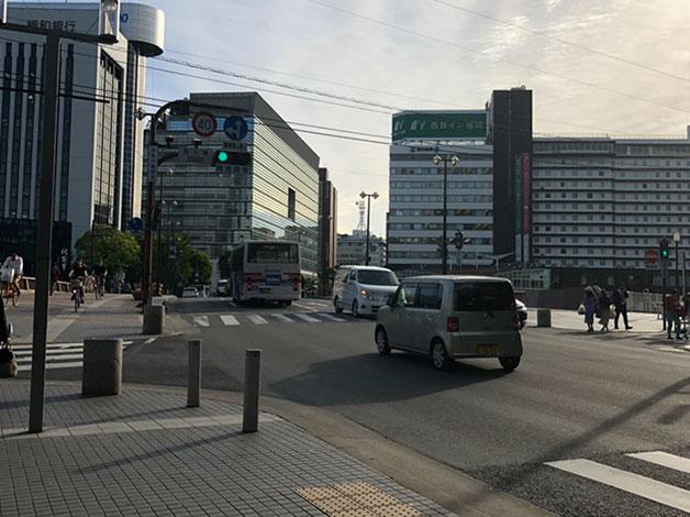 「西大橋」の信号を「一蘭」本店の方へ渡ります。