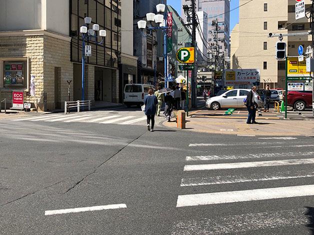 渡ってすぐ左の横断歩道をパーキング側に渡ります。