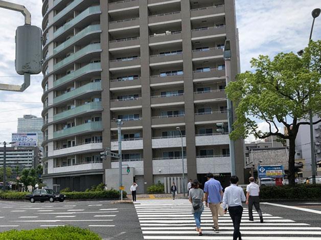 「住友生命広島稲荷町ビル」側へ渡ります。