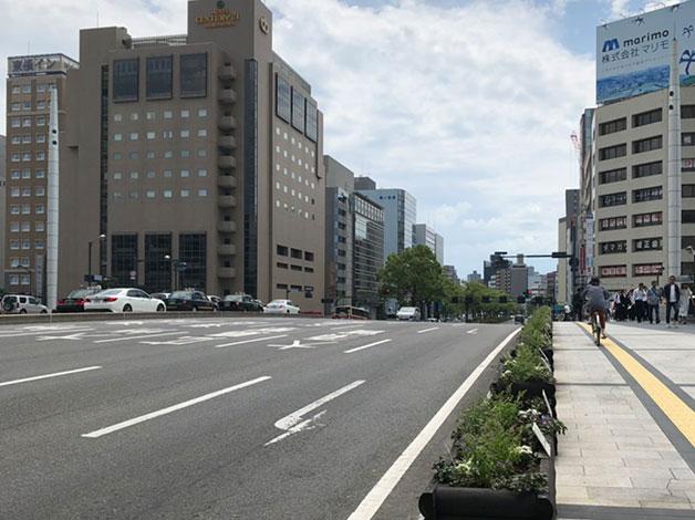 広島駅前通りを南へ進み、猿猴川を渡ってしばらく直進します。