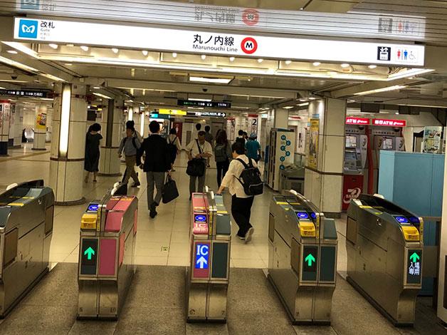 丸ノ内線西新宿駅の改札から1番出口に進みます。