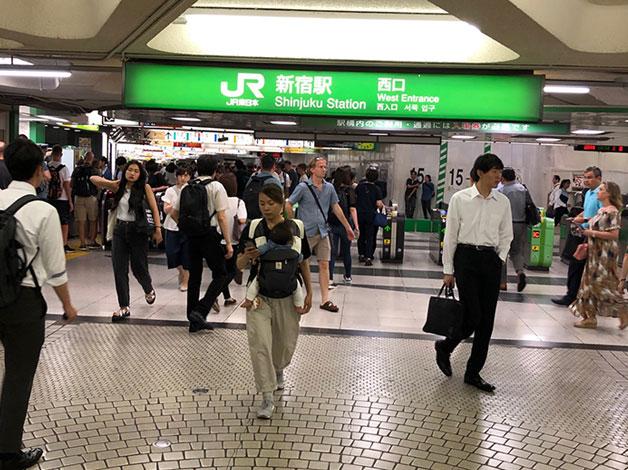 JR新宿駅の西口改札を出て直進するとロータリーに出ますので右に進みます。