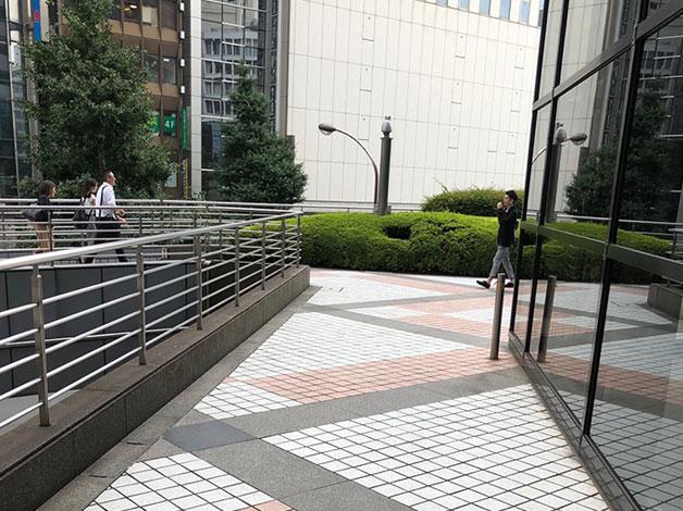 2階の出口を出ましたら右に進み、突当りを左折後暫く直進します。