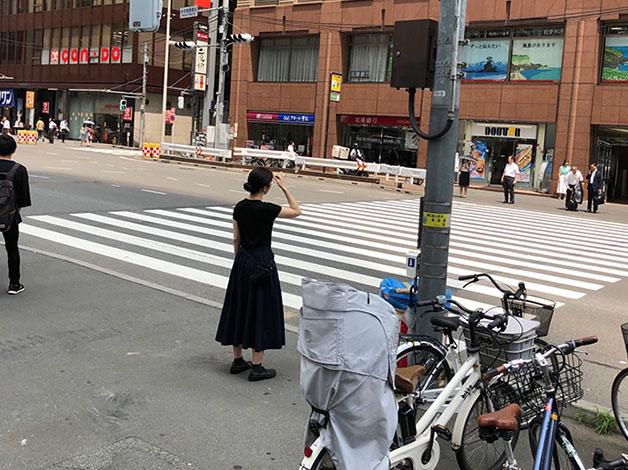 地上に下りましたらそのまま進み、新宿警察署前交差点の横断歩道をドトール側に渡ります。