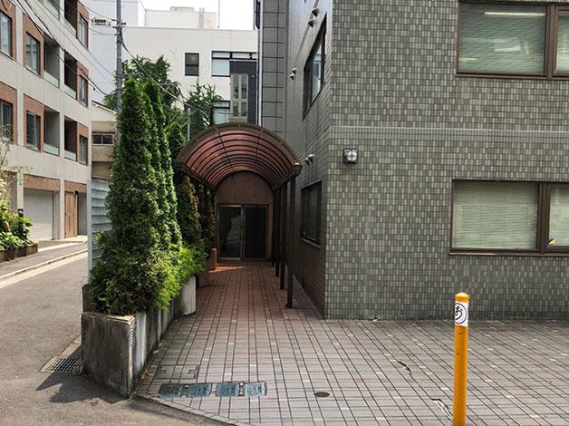 少しすると右手にグレーのビル(オフィスK)がありますので、そちらの3階になります。 1F玄関ふたつめの扉がオートロックになっております。 301でお呼び出しください。(3階は弊社のみです)