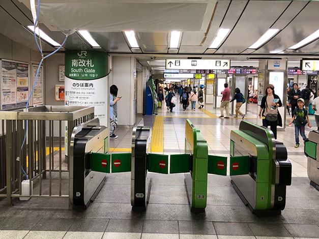 JR「池袋」駅の南改札口を出ます。